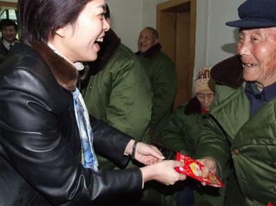 资料图:当阳前市长范晓岚为光荣院老红军分发红包;范晓岚去年3月因驾车撞死儿童被撤职。