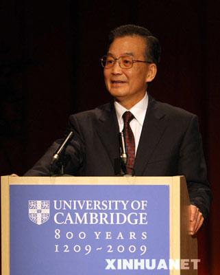"""2月2日,中国国务院总理温家宝在英国剑桥大学发表深情演讲,在向学生学者简要介绍中国改革开放历史的同时,敦促大家""""用发展的眼光看中国""""。 新华社记者姚大伟摄"""