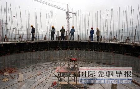 2008年12月16日,工人在广能蓥峰水泥厂建设工地架设钢筋,该工程是四川省震后重建重点扶持项目。本报资料图