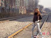 组图:叶熙祺不畏严寒 铁轨取景拍摄时尚大片