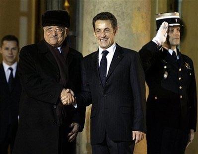 阿巴斯访问法国,与法总统萨科齐会晤。
