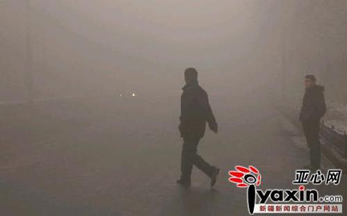 2月2日,乌鲁木齐市体育馆路,市民在雾气中穿行。当日,首府雾气弥漫,给人们出行和交通带来诸多不便。本报记者 雪漠 摄