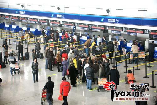 旅客在等候更换登机牌。亚心网记者 李远新 摄