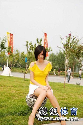 图文:丝袜美女鸟巢清纯写真 并腿而坐小心走光