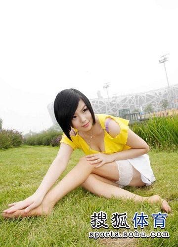 图文:丝袜美女鸟巢清纯写真 盘坐草坪大秀美腿