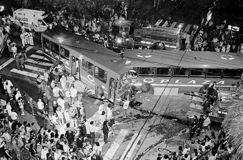 阿根廷闹市公交车相撞