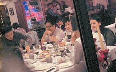 一帮富豪第二代聚首饭局,林恬儿现身饭局,更全程坐在启山身边,表现亲昵