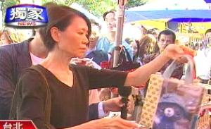 资料图:一向平民化的马英九妻子周美青,现身台北市牯岭街创意市集。