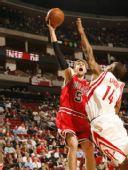 图文:[NBA]火箭VS公牛 诺西奥尼突破上篮