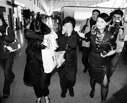 ▲首批遇难者家属在上海浦东国际机场出发时掩面而泣