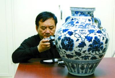许明研究员在伊朗国家博物馆研究元青花 许明 供图