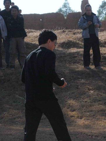 成龙在元谋片场(图片来源:春城晚报)
