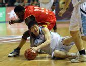 图文:北京主场险胜陕西 陈磊在比赛中拼抢
