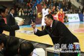 图文:北京主场胜陕西 吴庆龙与记录台对峙