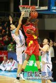 图文:北京主场胜陕西 罗宾逊抢下篮板