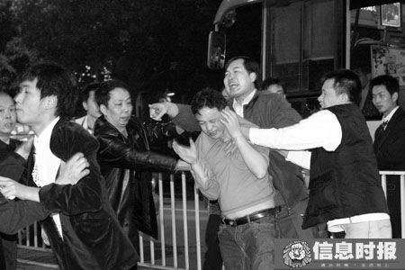 肇事车上的男子(图中浅衣服者)辱骂并企图殴打被撞群众,被附近市民制止。本版摄影 信息时报 叶伟报