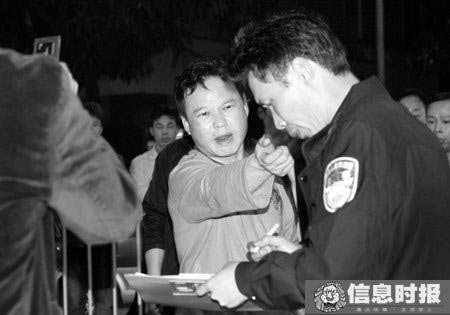 警察赶到现场处理,男子竟推开执勤交警。本版摄影 信息时报 叶伟报