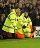 图文:[足总杯]埃弗顿1-0利物浦 工作人员被啥击伤