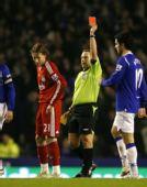 图文:[足总杯]埃弗顿1-0利物浦 裁判亮红牌
