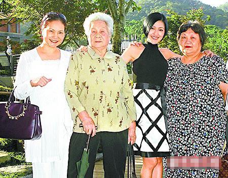 徐妈妈(左起)、外婆、小S及阿姨一家人感情融洽