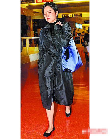 林青霞昨从香港返台吊念圣严法师,她下飞机时神情哀戚、双眼浮肿。