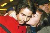 图文:新任澳网冠军纳达尔回国 女球迷献上热吻