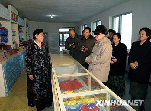 这是朝中社2月5日播发的金正日在农场视察时的照片。新华社/朝中社