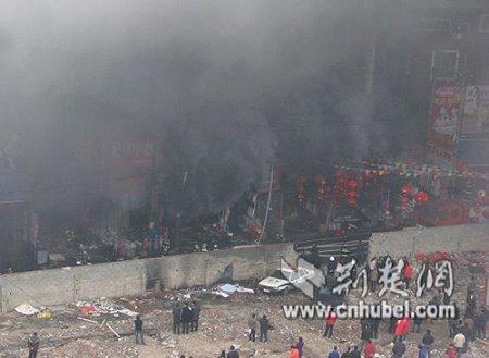 """武汉多福路源祥大楼发生火灾(图片由网友""""穿鞋的兔子""""提供)"""