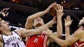 图文:[NBA]火箭不敌灰熊 姚明上篮受阻