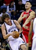图文:[NBA]火箭不敌灰熊 姚明争抢篮板
