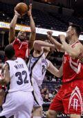 图文:[NBA]火箭不敌灰熊 麦迪突破上篮