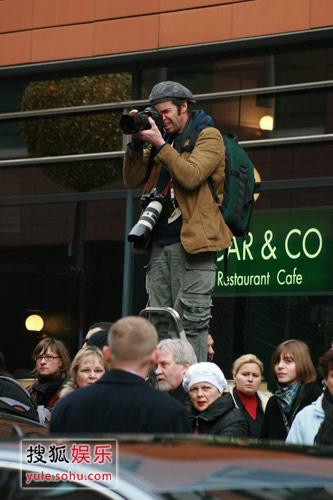 想尽方法拍照的记者