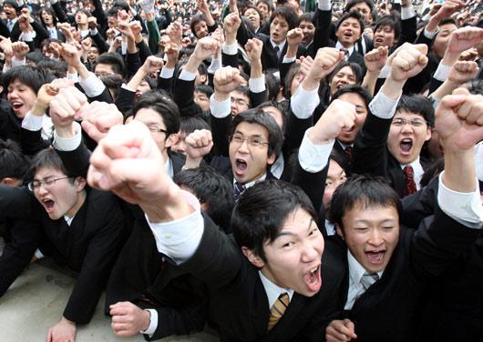 会上振臂高呼,为自己加油打气.-日本大学生求职集会上振臂高呼