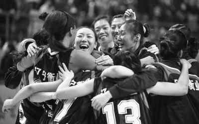 图为辽宁衡业队球员欢庆胜利。