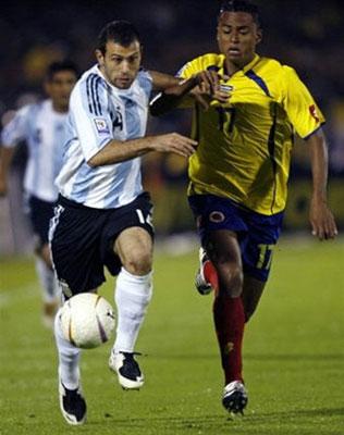 中场贾梅(右)在2007年美洲杯和阿根廷队的比赛中