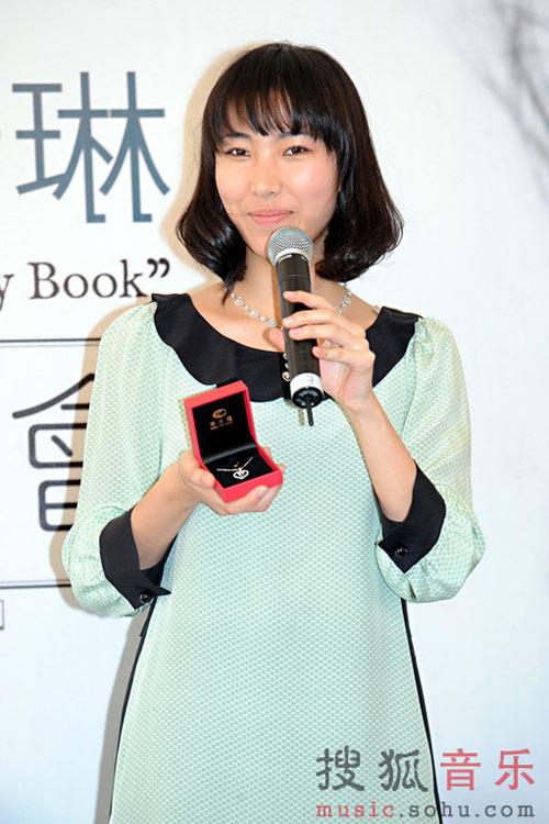 王若琳昨日现身发布会,笑纳百万钻石项链