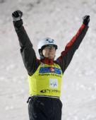 图文:自由式滑雪加拿大站 奥米斯尔握拳庆祝