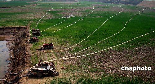 3月22日,河南省武陟县木城镇的农民在用河水浇麦保墒。据中央气象台3月21日发布的气象分析,东北华北区域有中至重度干旱,局部地区出现特旱。平均降水1951年来最少,预计,3月下旬旱情将持续发展。中新社发雒根生 摄
