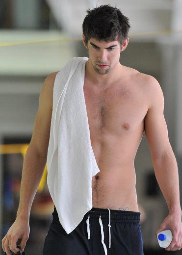 图文:菲尔普斯泳池公开训练 菲尔普斯凝重表情