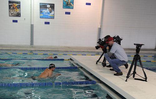 图文:菲尔普斯泳池公开训练 菲鱼镜头前畅游