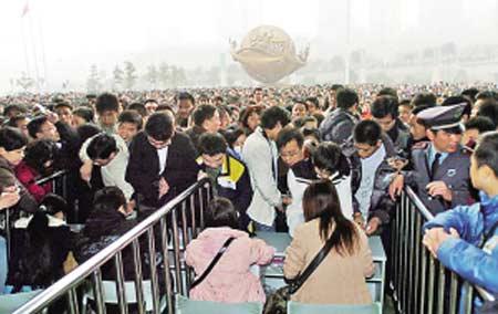 会展中心广场,等待购票入场的求职者。