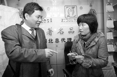 湖北省浙江企业联合会副会长陈海平(左)昨看望已开张的王建新夫妇,鼓励他们从头来过。