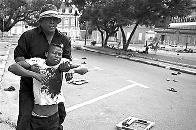 一名受伤者被带离总统府