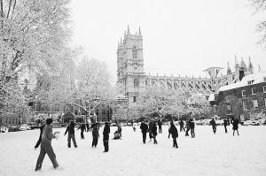 英国儿童在雪地玩耍图