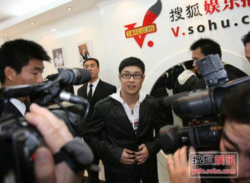 来到搜狐,小沈阳就被媒体记者们围上了