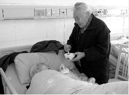 病房里,八旬保姆照顾百岁大爷
