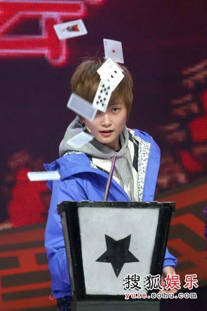 刘谦专门为李宇春设计的近身魔术。