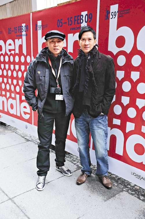 张家辉(右)和导演林超贤趁空閒在柏林街头畅游