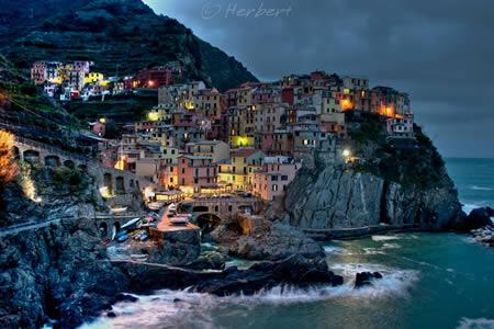 西班牙巴塞罗那-五座矗立在悬崖峭壁上的城镇