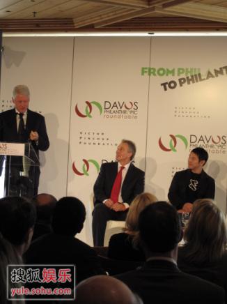 李连杰先生在认真倾听美国前总统克林顿先生的演讲